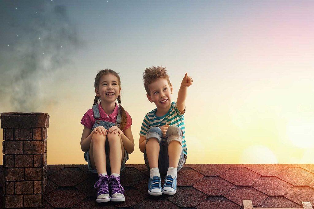 Hermana junto a su hermano compartiendo en armonía