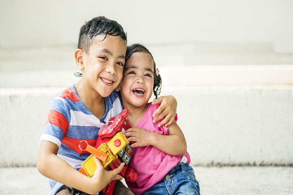 Hermana junto a su hermano felices