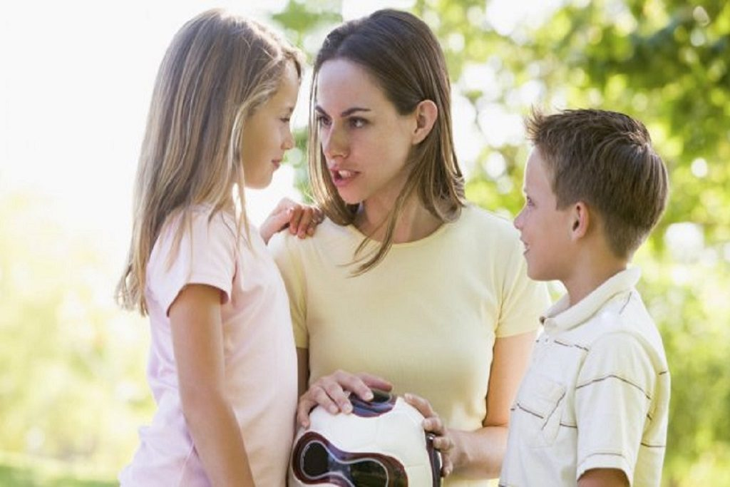 Mamá regañando a sus hijos