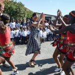 Meghan bailando en África
