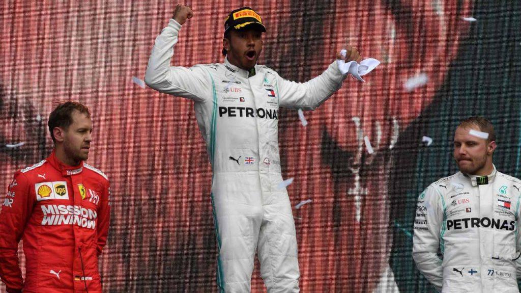 Lewis Hamilton en la cima del podio