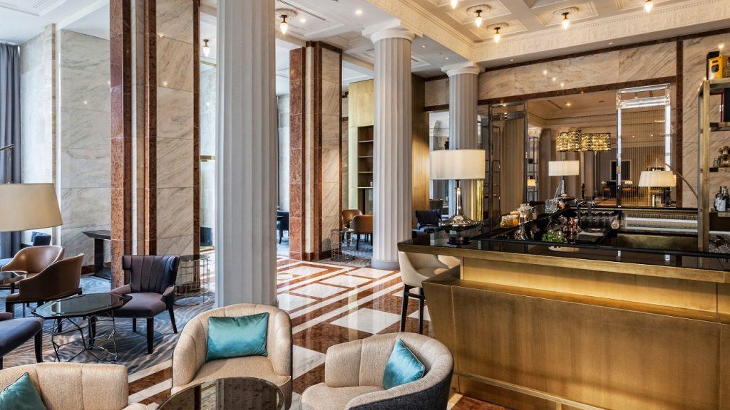 El menú del Kupola Bar en The Ritz-Carlton ofrece vinos locales y cócteles innovadores.