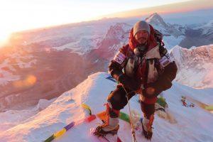 Nirmal Purja el escalador nepalí en la cima de una montaña