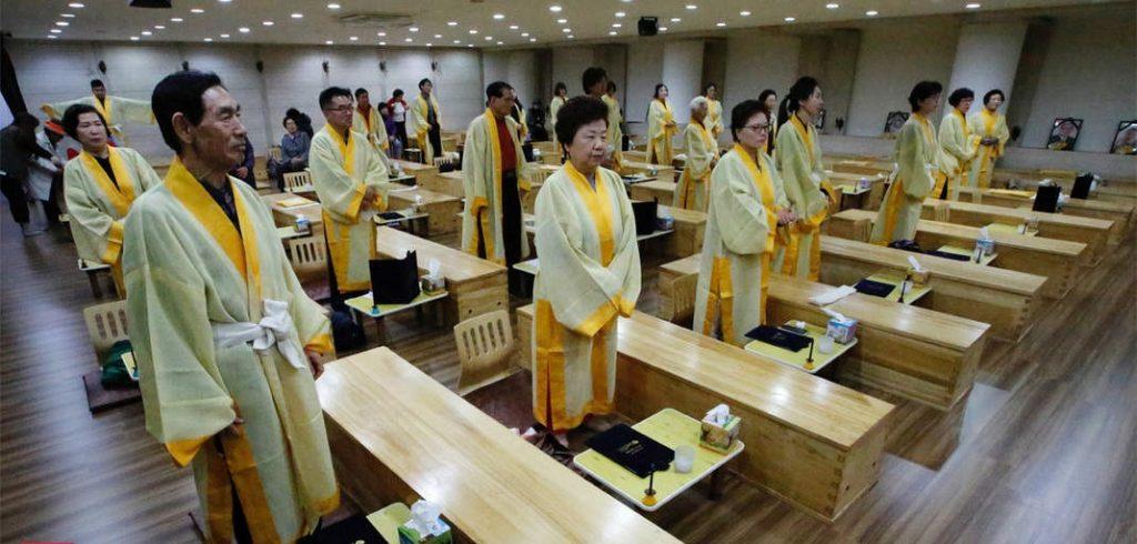 Surcoreanos experimentan sus propios funerales