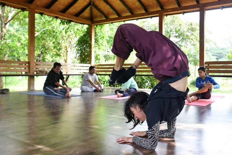 Chica revoluciona el breakdance en clases con sus alumnos