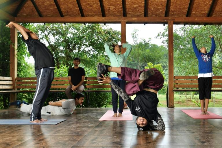 Jo bailando breakdance y alumnos ejercitándose