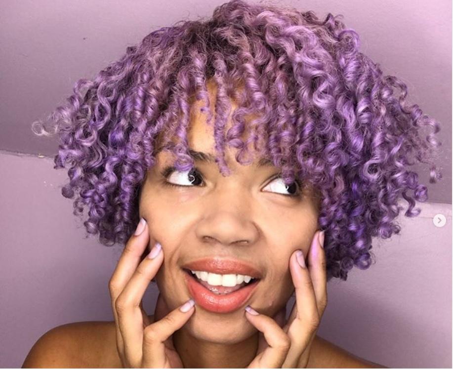 Daisha D. Perez  con pelo corto de color lavanda. Ideas para llevar el cabello