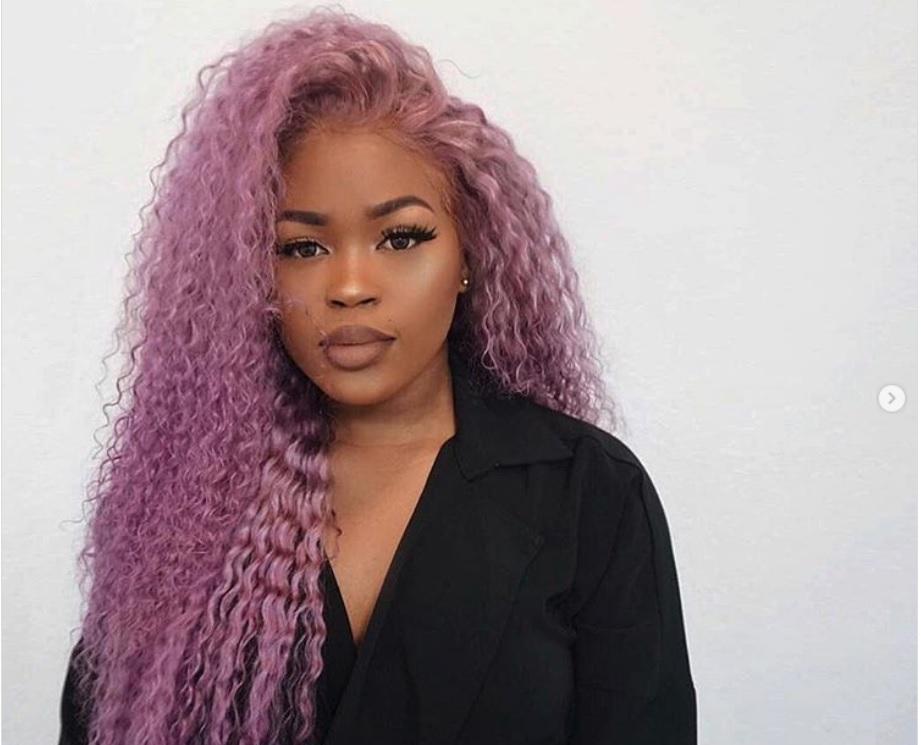 Khadijai con pelo crespo de color lavanda. Ideas para llevar el cabello