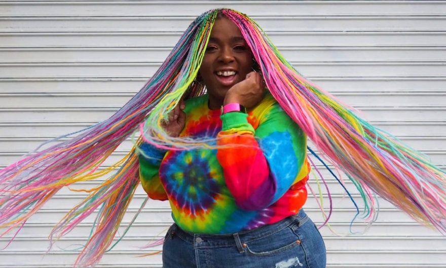 El aumento extático del cabello arcoíris