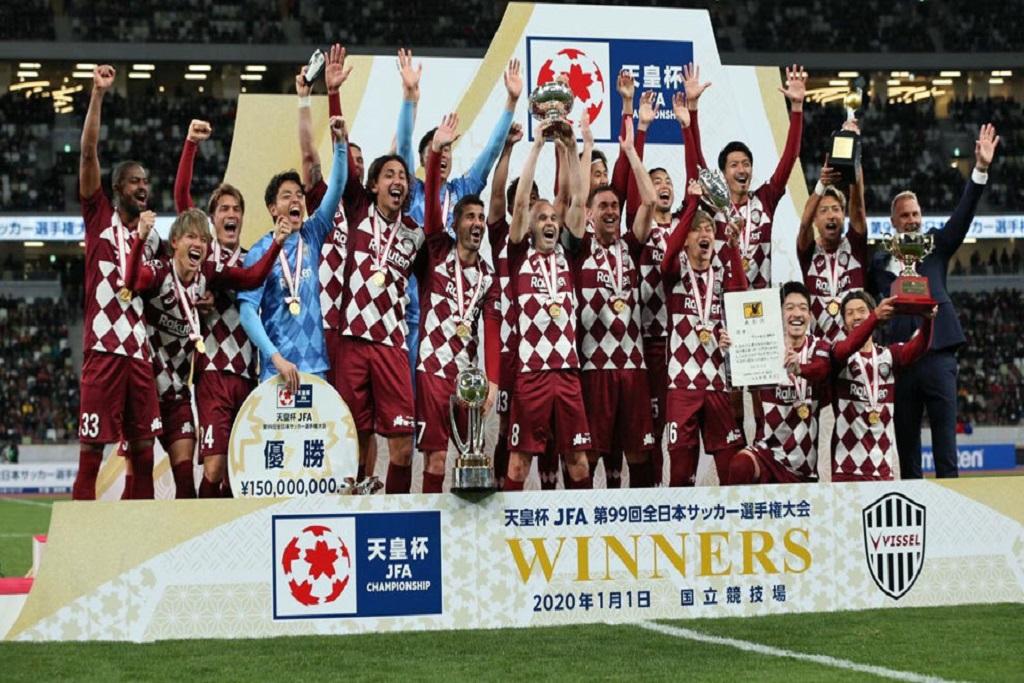 Equipo de fútbol sosteniendo un título