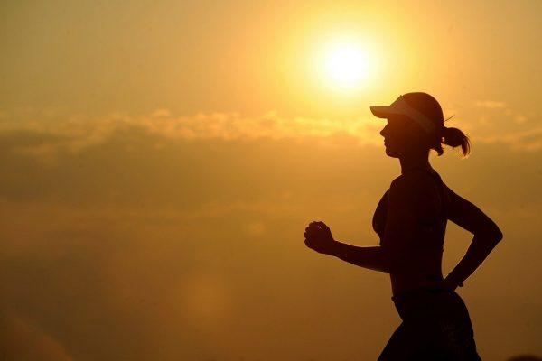Mujer corriendo en atardecer