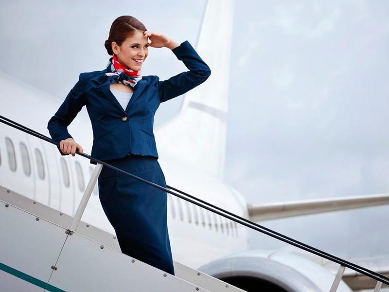 Azafata subiendo al avión