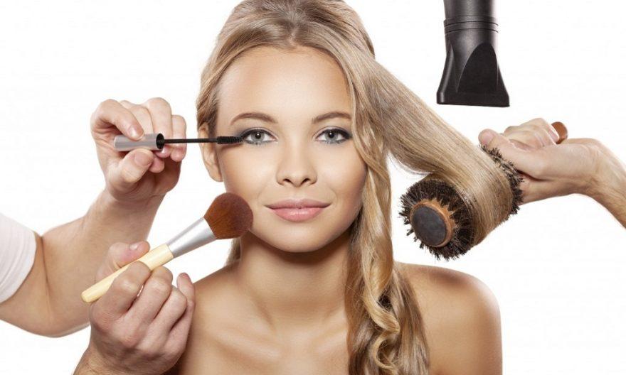 Maquillando a una mujer