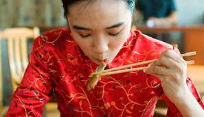 Mujer asiatica comiendo