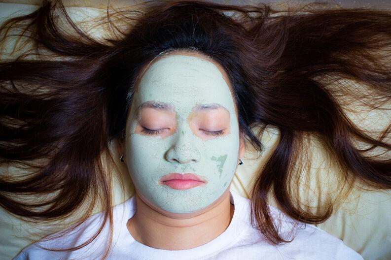 Mujer usando mascarilla facial