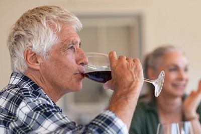 Hombre tomando alcohol