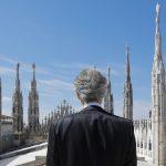 El cantante Andrea Bocelli visto desde atrás