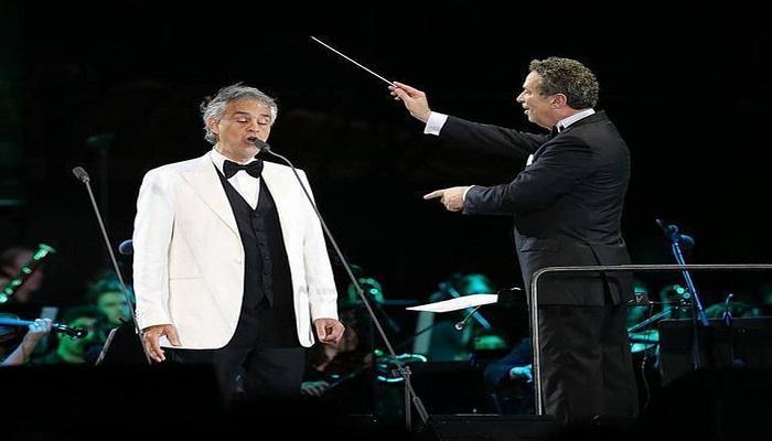 Andrea Bocelli acompañado por una