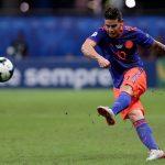 James Rodriguez pateando un balón en un estadio