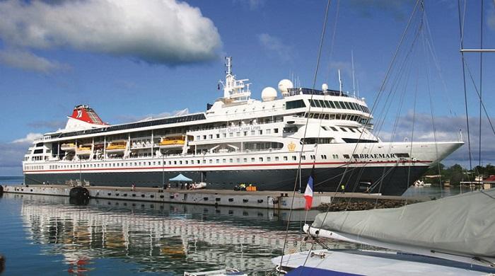 Crucero  MS Braemar  anclado en un muelle