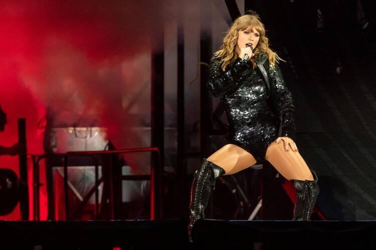 Taylor Swift  cantando en un escenario