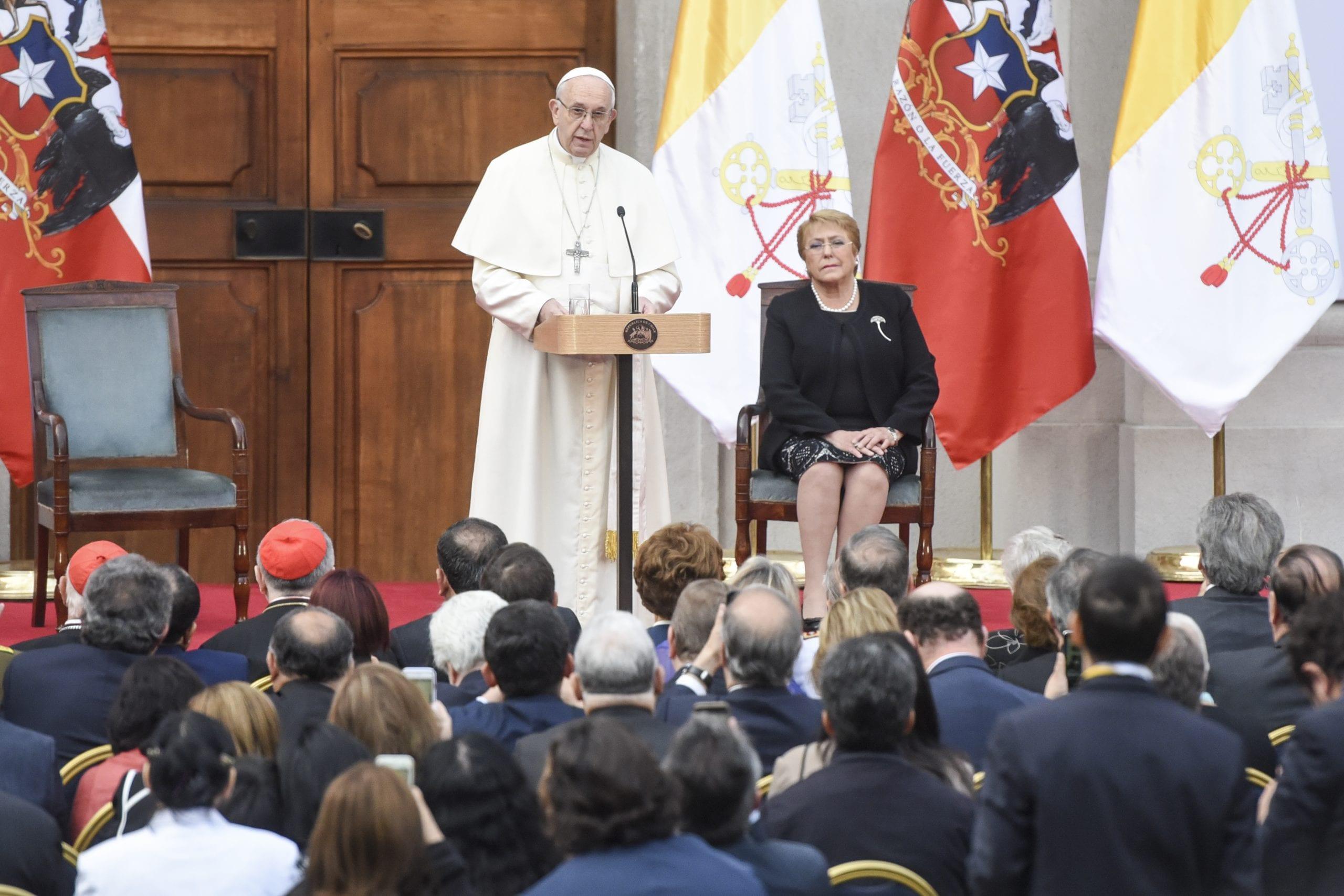 El papa en una iglesia predicando a los feligreses
