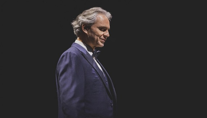Andrea Bocelli reluce en la oscuridad