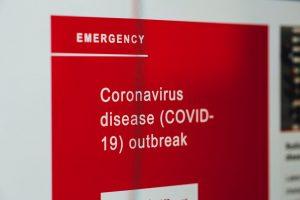 Cartel rojo de emergencia con un letrero en blanco