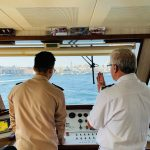 Dos hombres manejando un crucero