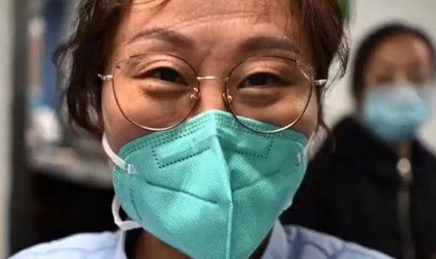 mujer china con nasobuco y espejuelos puestos