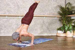 Hombre atletico haciendo ejercicio en casa