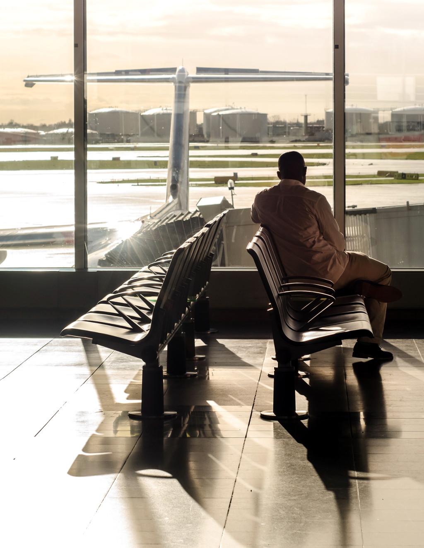 Hombre en sala de espera como imagen asociada a nuevas reglas para viajar en avión