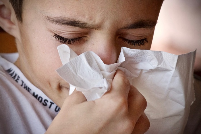 Joven con coronavirus