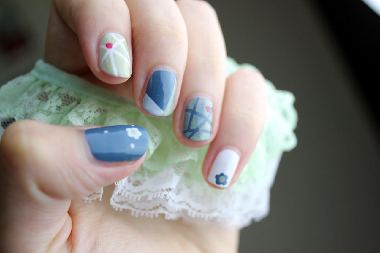 Flores y motivos en los modelos de uñas de verano 2020