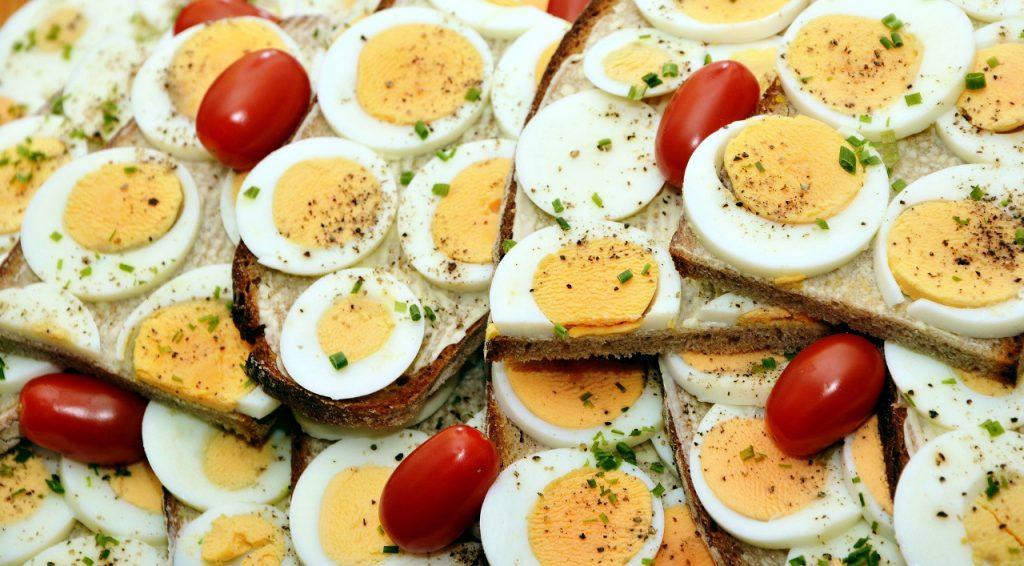 ¿Cómo prevenir la salmonella al manipular los huevos?