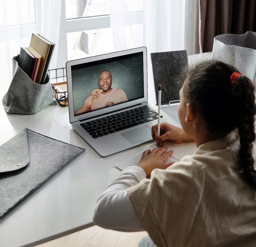Miss Adri, la maestra que usa títere para dar clases en línea