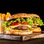 guarda una hamburguesa con papas