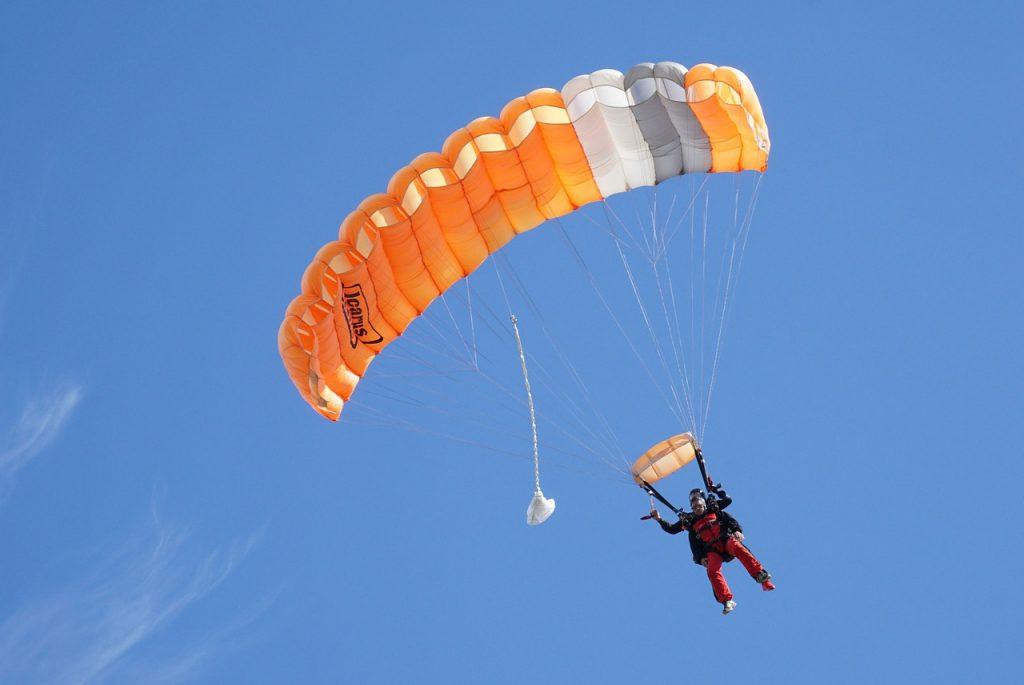 lanza en paracaídas y se desmaya