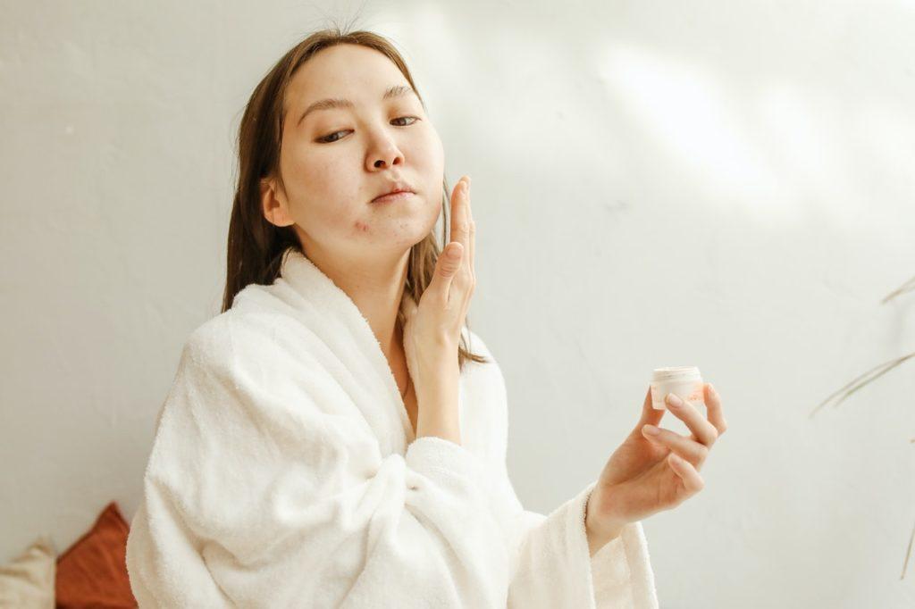 retirar el maquillaje antes de dormir